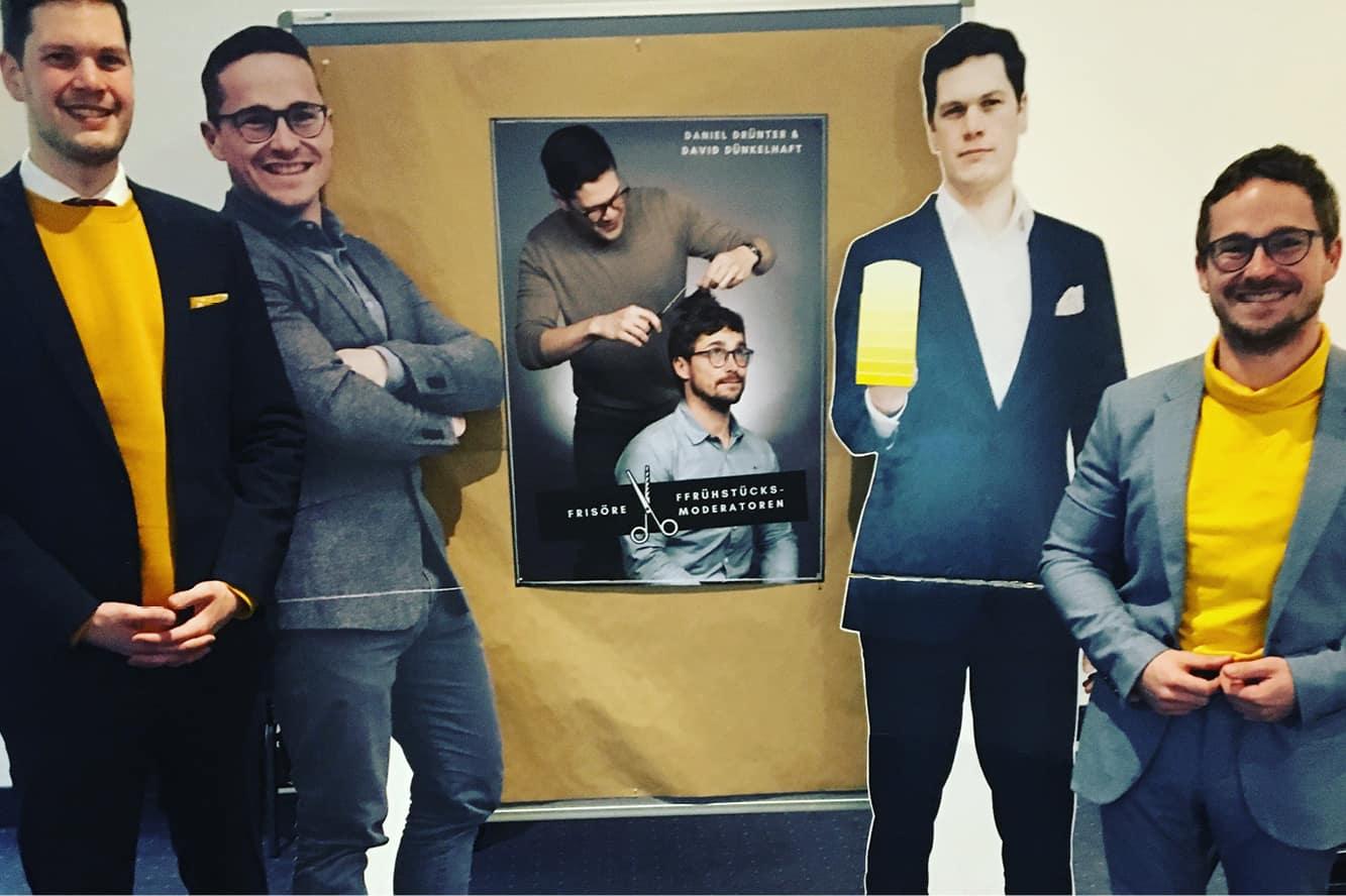 Künstlerduo Dünkel und Drünterhaft mit ihren Pappkameraden für das Projekt Öffentliche Nahverkunst