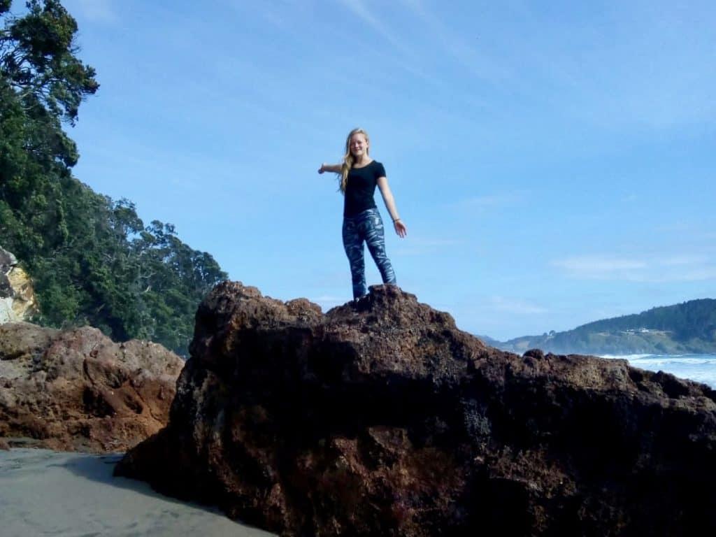 Vor der Pandemie: Josephine Blank steht auf einem Felsen am  Hot Water Beach in Neuseeland.