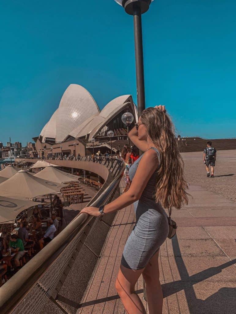 Julia vor dem Opernhaus in Sydney