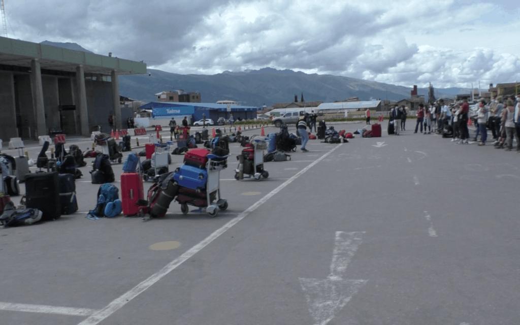 Vor dem Flughafen in Cusco werden die Taschen der Passagiere kontrolliert.