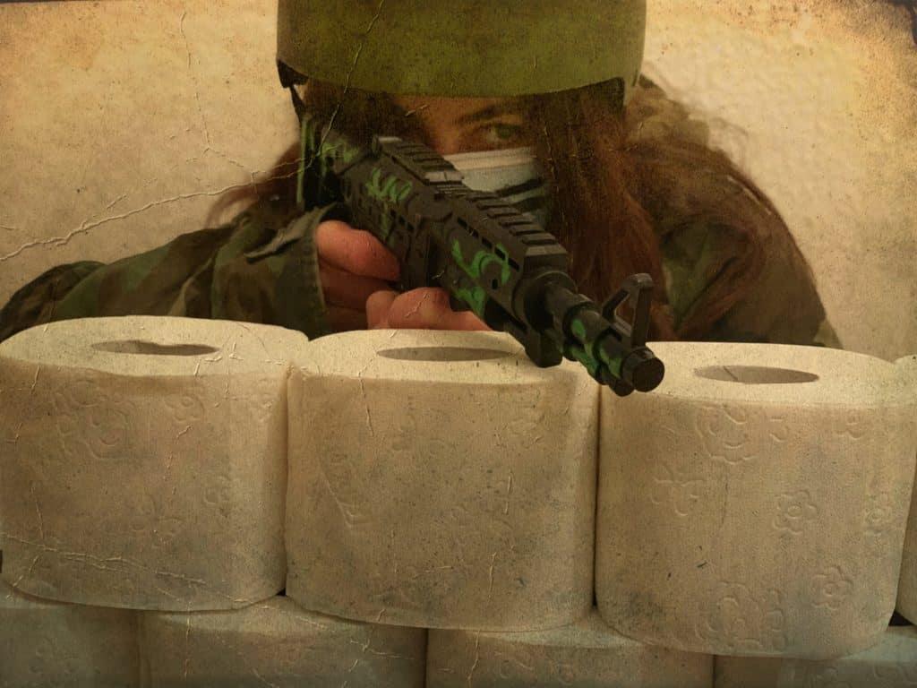 Soldat hinter einer Mauer aus Toilettenpapier