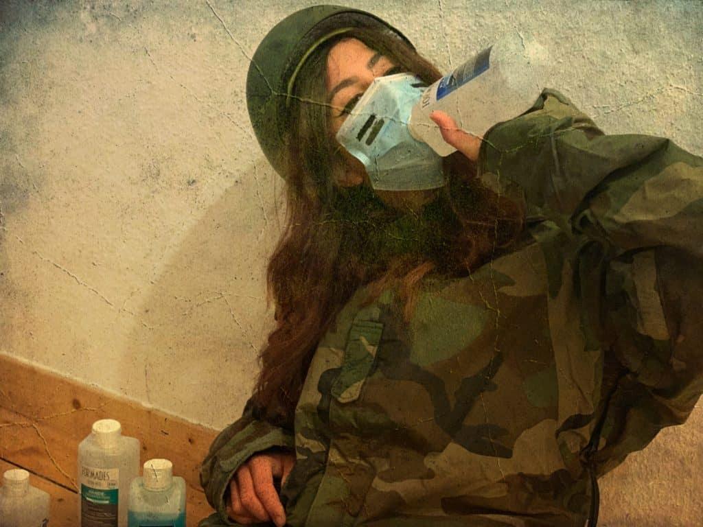 Soldat betrinkt sich mit Desinfektionsmittel