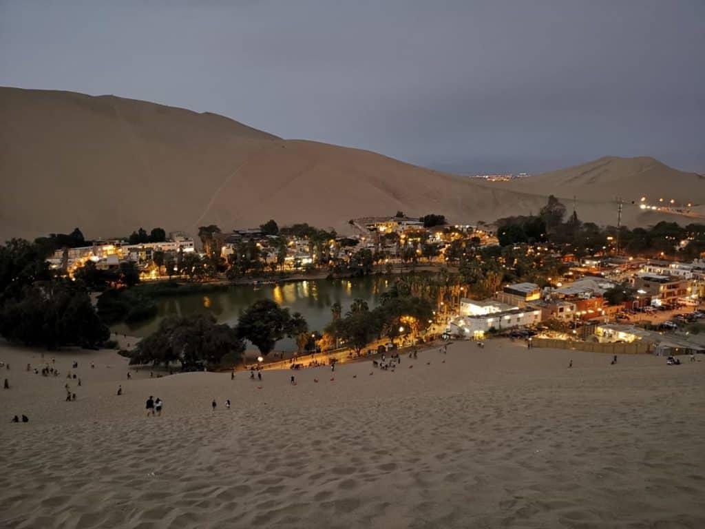 Mitten in der Wüste Perus befindet sich die Oase Huacachina, Peru.