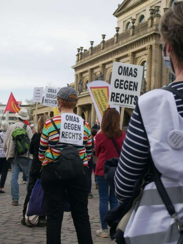 """Frauen auf dem Opernplatz in Hannover. Auf ihren Schildern steht: """"Omas gegen Rechts"""""""