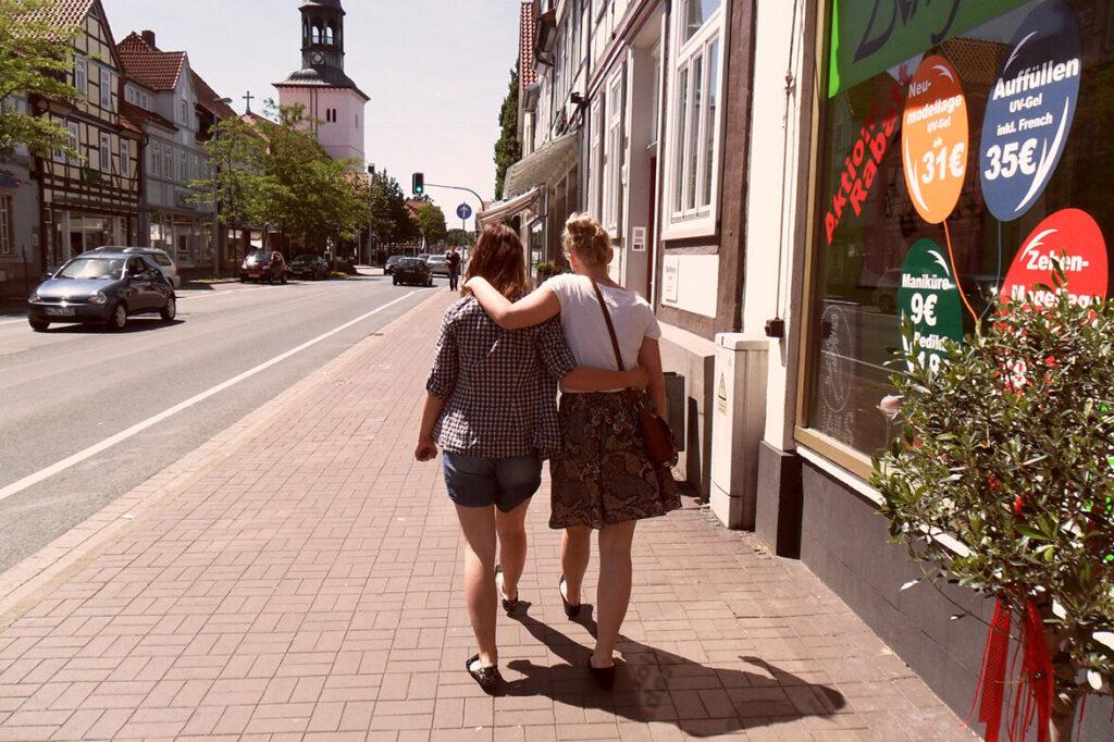 Natalie und Nina schlendern Arm in Arm durch die Stadt
