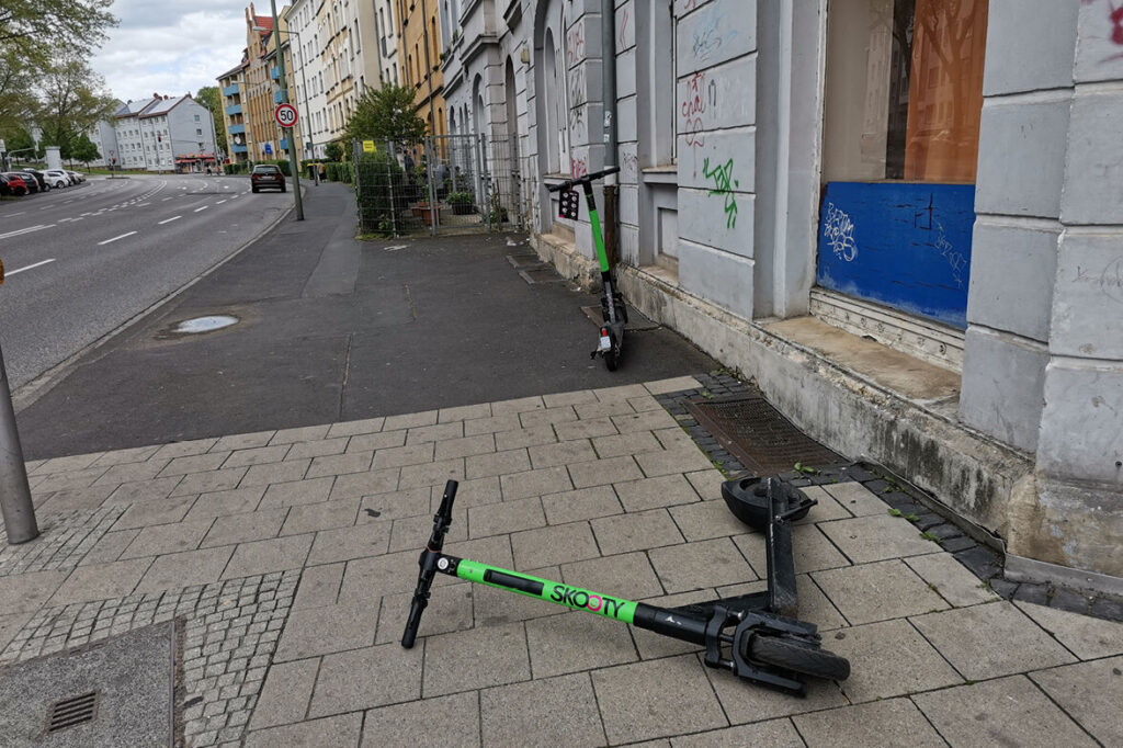 Scooter versperrt Gehweg